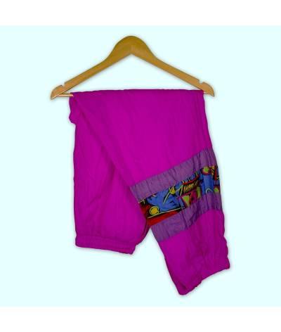 Pantalon de jogging rose et motifs à la jambe droite.